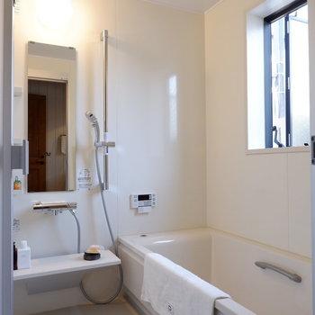細長くスペースの取られた浴室。※家具はサンプルです