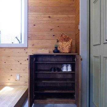シューズボックスは3足横並びに入れられます。※家具はサンプルです