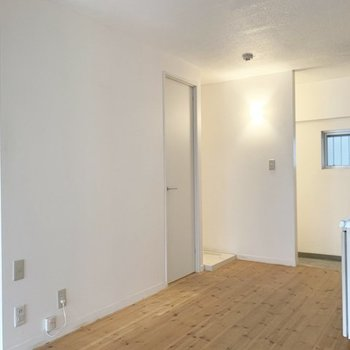やっぱり白い壁に無垢床って映えるなあ。