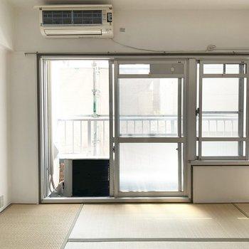 6畳の和室はローテーブル、右側にテレビかな。