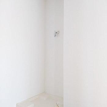 キッチン後ろに洗濯機置場。※写真は3階同間取り別部屋のものです