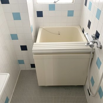 バスルームは鏡、小窓付きです〜