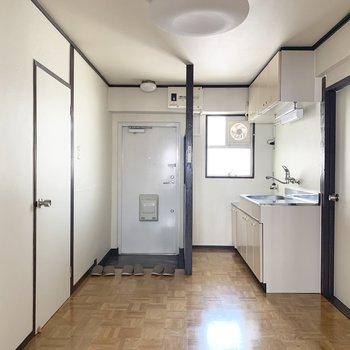 キッチンルームは作業台代わりのテーブルを置くスペースも十分にあります。