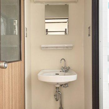 シンプルな洗面台、お掃除もラクラク〜