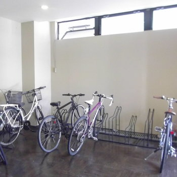 室内に駐輪場。これでオシャレロードバイクも安心。