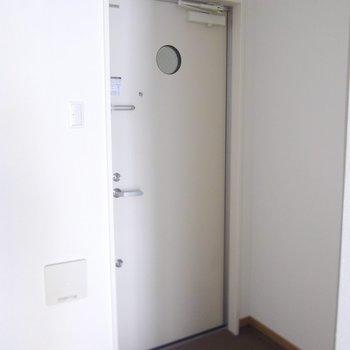 ちょっと小さめで段差のない玄関です。※写真は2階の同間取り別部屋のものです