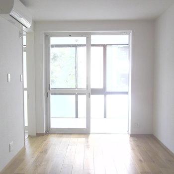 大きな窓の奥がサンルーム。※写真は2階の同間取り別部屋のものです