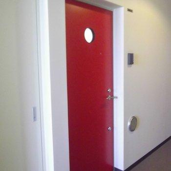 玄関ドアも情熱のレッド!