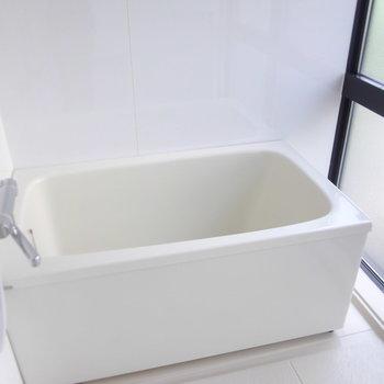 深々とした浴槽、肩までしっかり浸かれます!※写真は2階の同間取り別部屋のものです