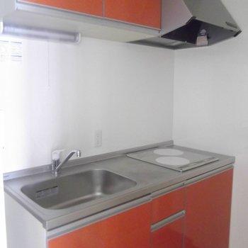 レッドのキッチン素敵。※写真は2階の同間取り別部屋のものです