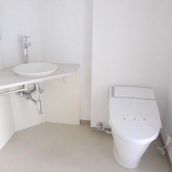 洗面がおしゃれですが小さめです。※写真は2階の同間取り別部屋のものです