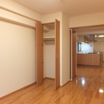 収納はどちらにもついています※写真は6階の反転間取り別部屋のものです