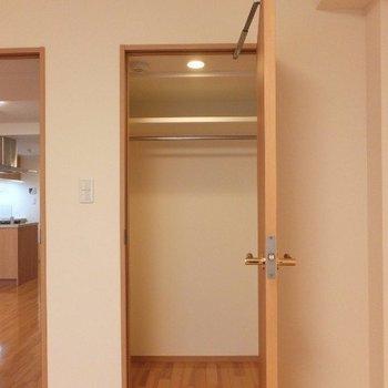 ウォークインクローゼットもありました!※写真は6階の反転間取り別部屋のものです