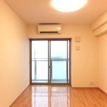洋室はそれぞれ6.1帖と6.7帖。※写真は6階の反転間取り別部屋のものです