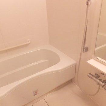 お風呂のサイズかなりゆったりです。※写真は6階の反転間取り別部屋のものです
