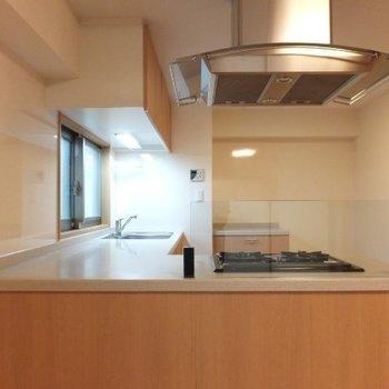 カウンタータイプなので家族と同じ空間を楽しみながら料理できます※写真は6階の反転間取り別部屋のものです