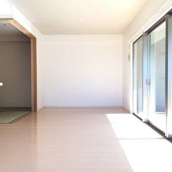 キッチン横は和室です。ふすまを開けておくとリビングと1つになります。(※写真は3階の同間取り別部屋のものです)