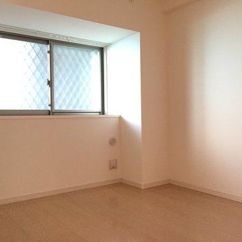 玄関入って左側の洋室。ちょっと暗めかな。照明は明るめをチョイスしよう。(※写真は3階の同間取り別部屋のものです)