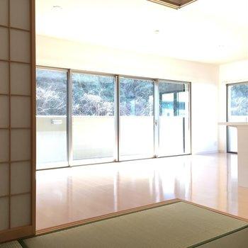 和室からリビングを見ると〜。いいな〜。広いな明るいな。(※写真は3階の同間取り別部屋のものです)