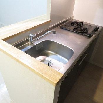 2口コンロのシステムキッチンです※写真は2階の同間取り別部屋のものです
