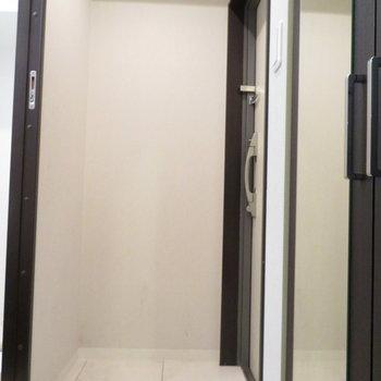 少しコンパクトな玄関です※写真は2階の同間取り別部屋のものです