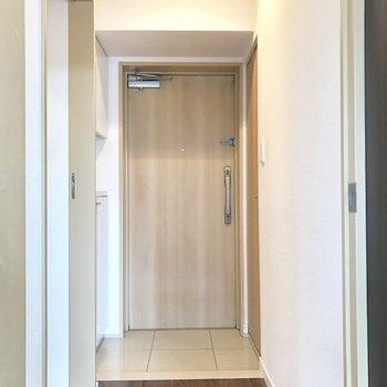 玄関扉は2重ロック。(※写真は清掃前のものです)