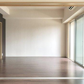 リビングの壁に寄せて食器棚やテレビ台かな。(※写真は清掃前のものです)