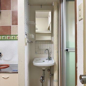 うれしいね!鏡付きの独立洗面台(※写真のお部屋は清掃前のものです)