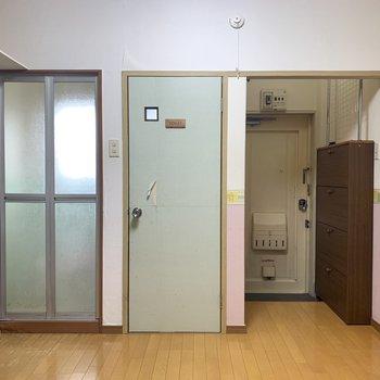玄関、トイレ、お風呂。お行儀よくならんでいます。(※写真のお部屋は清掃前のものです)