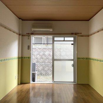 6帖の洋室は淡い黄色の腰壁がgood! (※写真のお部屋は清掃前のものです)