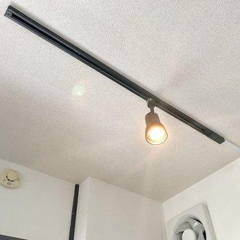 キッチンの天井には雰囲気あるライトがついていました◎