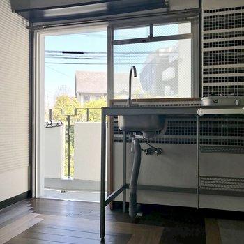 キッチンは窓側に。冷蔵庫はやっぱり窓の前かなぁ。