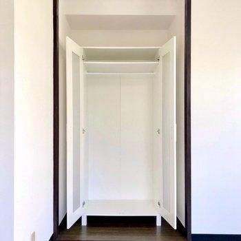 収納はこちらに。足りなかったらお部屋の中にラックを作りましょ。