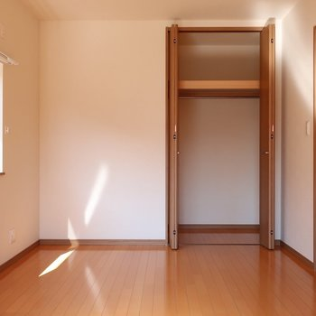 クローゼットは小さめなので収納家具をプラスしてみましょ。