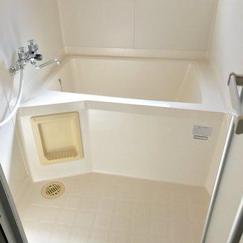 シンプルなバスルーム。窓付きは嬉しい!