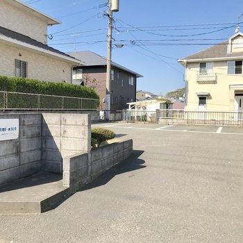駐車場は自走式。ちょっぴり狭めのゴミ置き場。