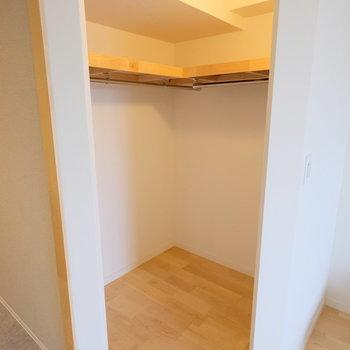 カーテンレールがついているので、収納の目隠しも可能です!※写真は同間取り別部屋のもの