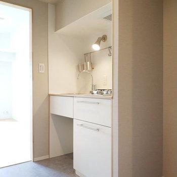 白基調のコンパクトキッチン※写真は同間取り別部屋のもの