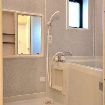 お風呂には小窓がついています