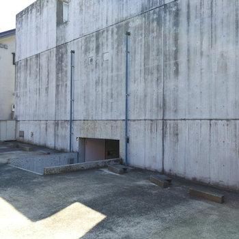 駐車場は両側にありますが、空いているスペースは要確認です!
