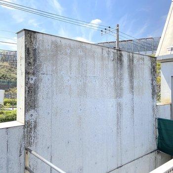 【3階】眺望は壁と青空。日当たりはなかなかです。