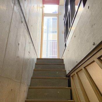 2階へ上がりましょう。