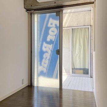 【1階】隣には収納にも使えそうなスペース。共用部につながっています。