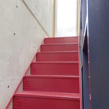 赤い階段を上がって3階へ。