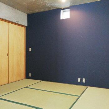 【1階】ロイヤルブルーのアクセントクロスがモダンな風を呼ぶ和室。