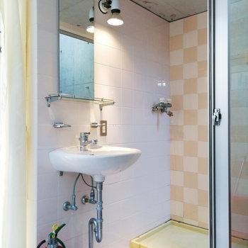 【2階】ポップな脱衣スペース。カーテンでキッチンから見えないようにしましょう。