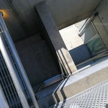 【3階】吹き抜けで1階まで見える。