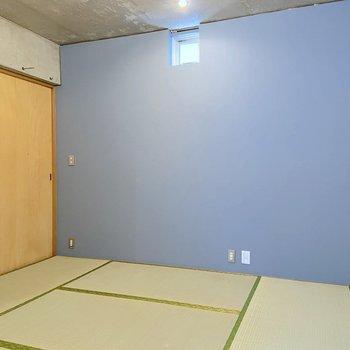 【1階】淡いブルーのアクセントクロスがモダンな風を呼ぶ和室。
