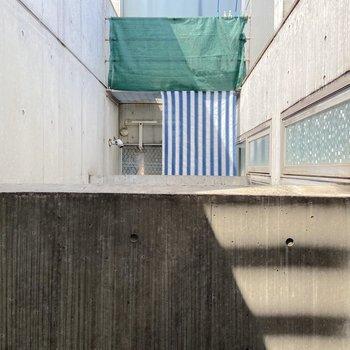 【2階】お隣さんのバルコニーが見えました。
