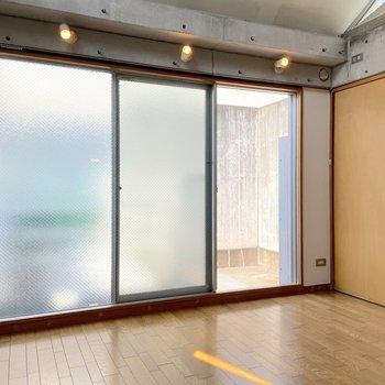 【3階】大きな窓でたっぷり光が差し込みます。